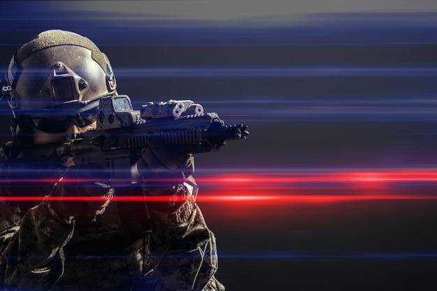 Soldado das forças especiais com rifle em fundo escuro