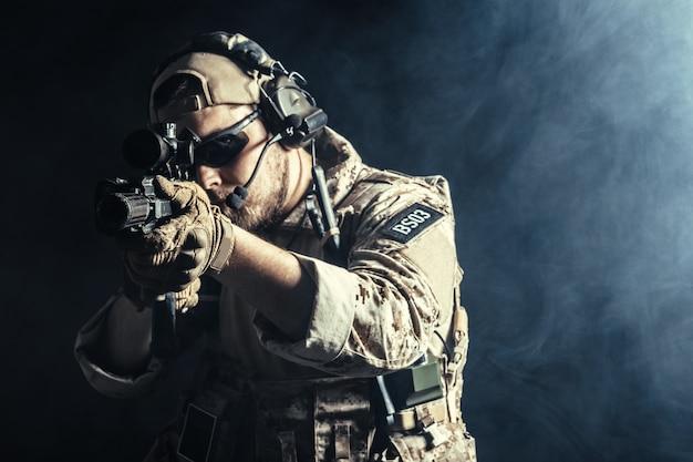 Soldado das forças especiais com rifle no escuro