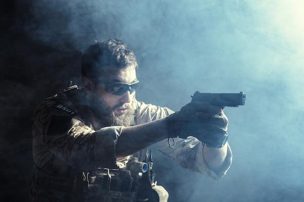 Soldado das forças especiais com rifle