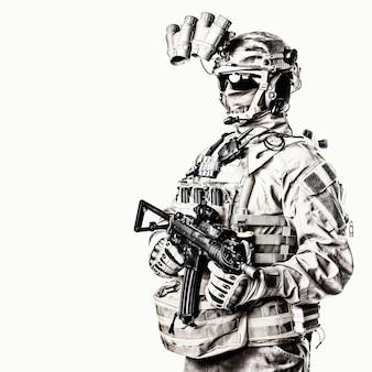 Soldado de elite do exército com oculto atrás de máscara e óculos de rosto, munição tática completa, dispositivo de visão noturna equipado, fone de ouvido de rádio, tiro de estúdio de rifle de serviço de cano curto armado em fundo branco