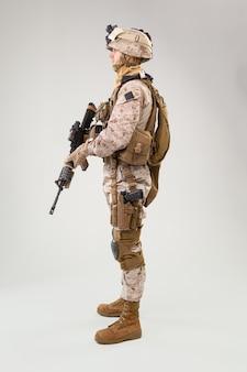 Soldado de infantaria, fuzileiro naval dos eua em uniforme de combate, armadura de capacete e corpo