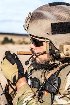 Soldado do exército dos eua fumando