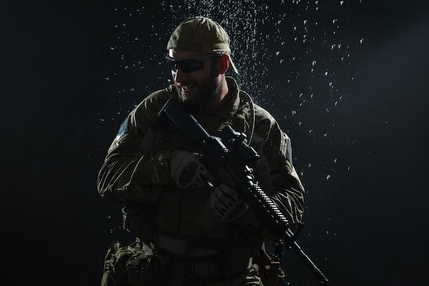 Soldado do exército dos eua na chuva