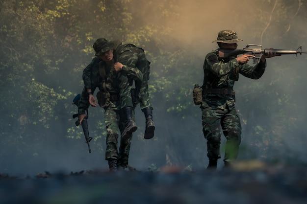 Soldado do exército em uniformes de combate com metralhadora.