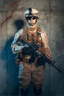Soldado dos estados unidos das forças especiais ou contratante militar privado, segurando o rifle. imagem em um escuro