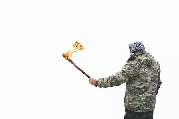 Soldado está segurando uma tocha isolada no fundo branco. homem em uniforme de camuflagem e bandana quadriculada.