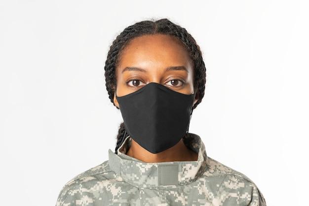 Soldado feminino usando máscara facial no novo normal
