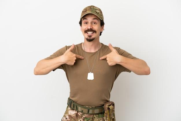 Soldado isolado no fundo branco com expressão facial surpresa