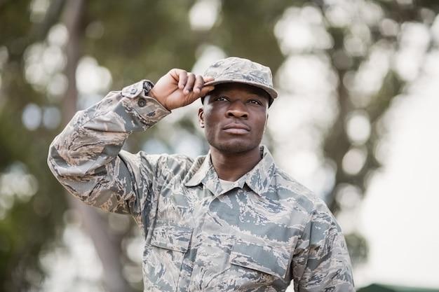 Soldado militar confiante no campo de treinamento