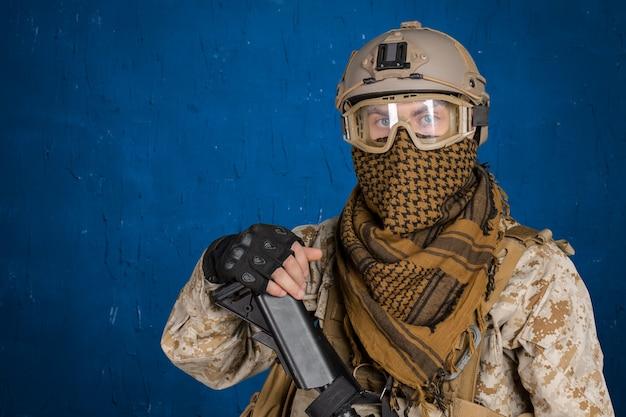 Soldado moderno com rifle