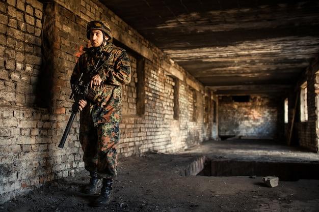 Soldado na guerra com armas