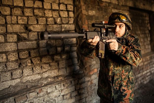 Soldado na guerra para mirar com armas