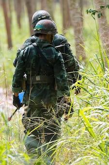 Soldado para manobra na floresta.