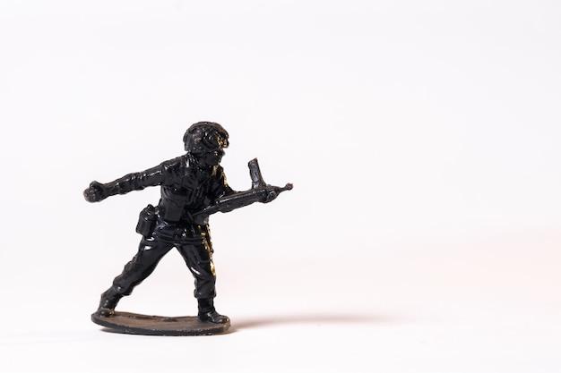 Soldado preto de brinquedo vintage isolado no fundo branco
