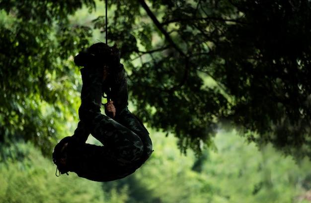 Soldado rappel para baixo ou soldado para baixo o homem-aranha de corda