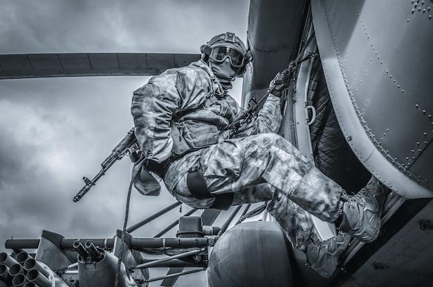 Soldado se prepara para pular de um helicóptero. o conceito de jogos de computador. mídia mista