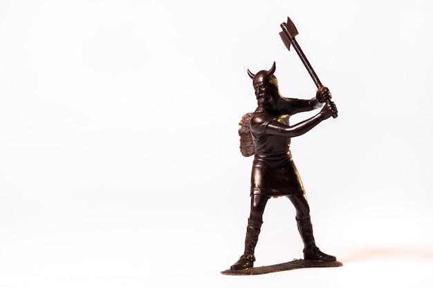 Soldado viking de brinquedo vintage marrom isolado no fundo branco.