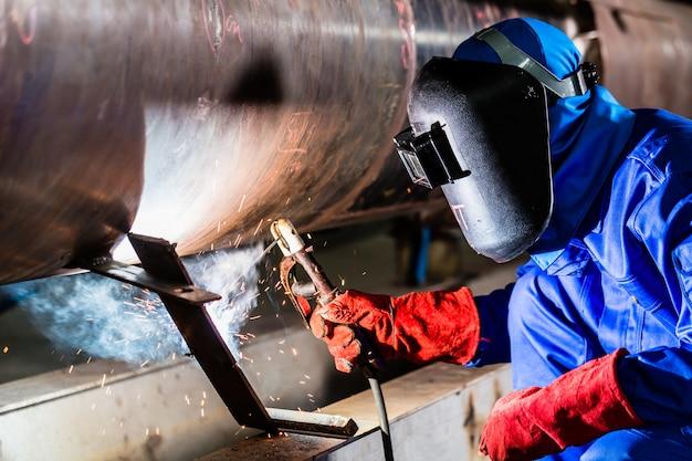 Soldador em tubos de metal de soldagem de fábrica