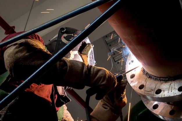 Soldador industrial, soldadura, fabricado, construção, em, fábrica processo soldadura