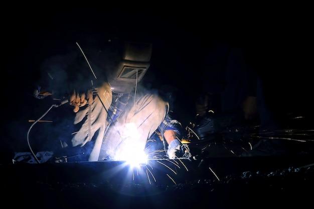 Soldador trabalhador soldagem construção metálica. indústria de reparos