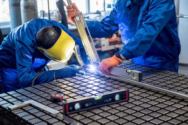 Soldador trabalhando em uma fábrica de aço com soldagem de argônio