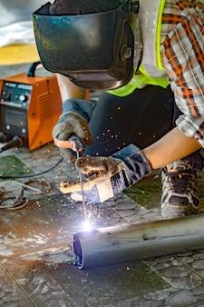 Soldadores soldagem para preparar equipamentos de construção