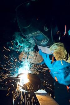 Soldadores trabalhando na fábrica de metal