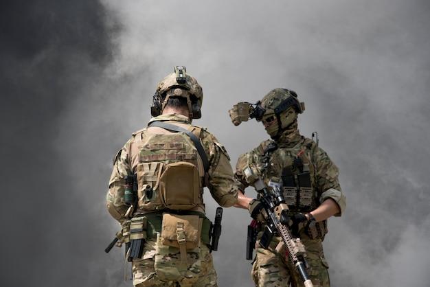 Soldados com fumaça em um papel de parede
