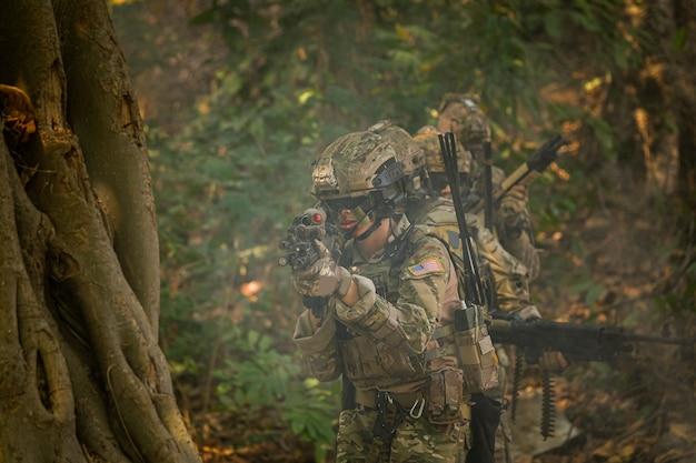 Soldados com fuzileiros navais para operações militares na floresta asiática