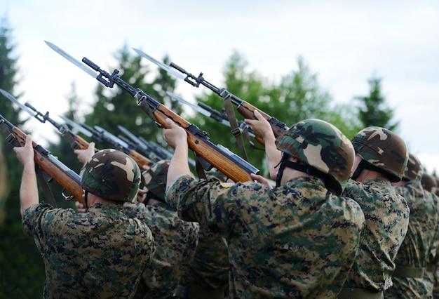 Soldados com uniforme de camuflagem militar na formação do exército