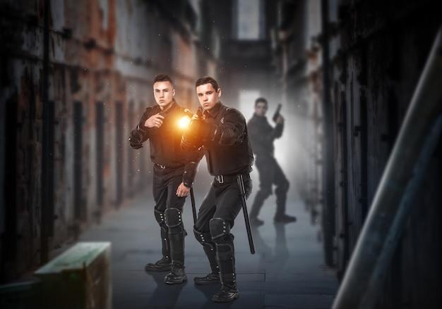 Soldados da força especial com armas e lanterna