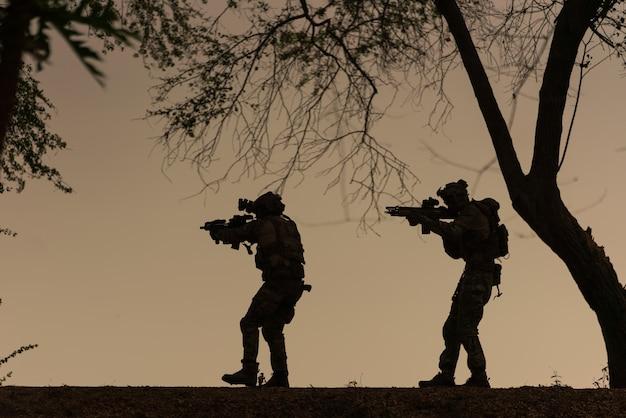 Soldados de ação de silhueta