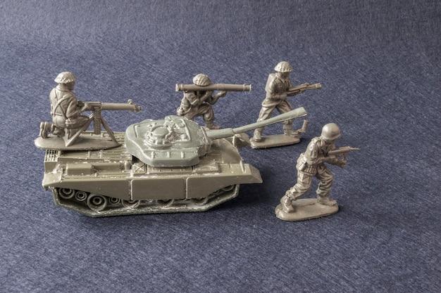 Soldados de equipe em miniatura de modelo de brinquedo com tanque