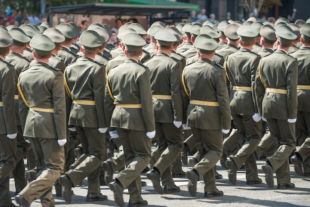 Soldados do exército camuflados marchando em desfile militar