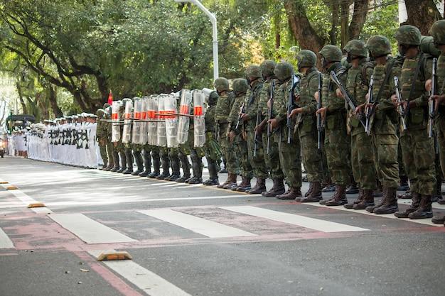 Soldados do exército e da força aérea no desfile