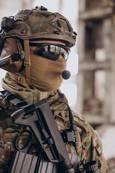 Soldados do exército lutando com armas e defendendo seu país Foto gratuita