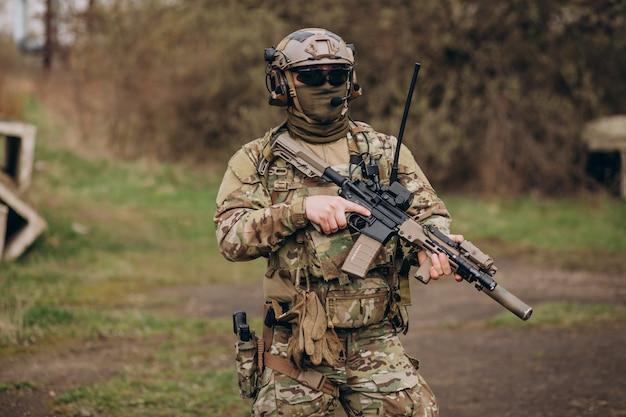 Soldados do exército lutando com armas e defendendo seu país