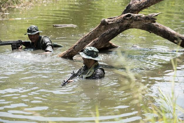 Soldados do grupo no fundo ou papel de parede.