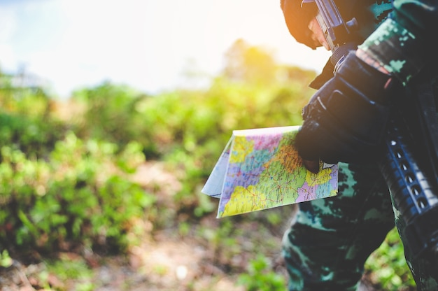 Soldados na floresta estão defendendo o território