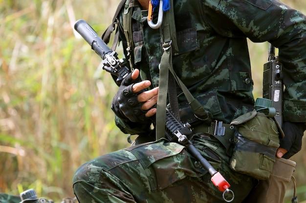 Soldados são treinados em combate na selva