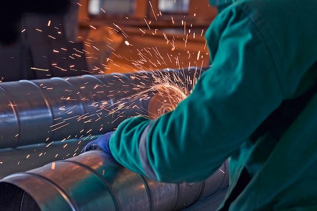 Soldagem a arco de aço no canteiro de obras