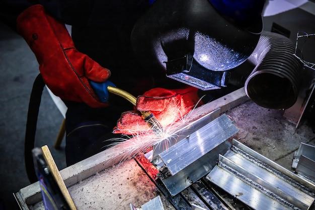 Soldagem de aço com faísca espalhada e iluminação