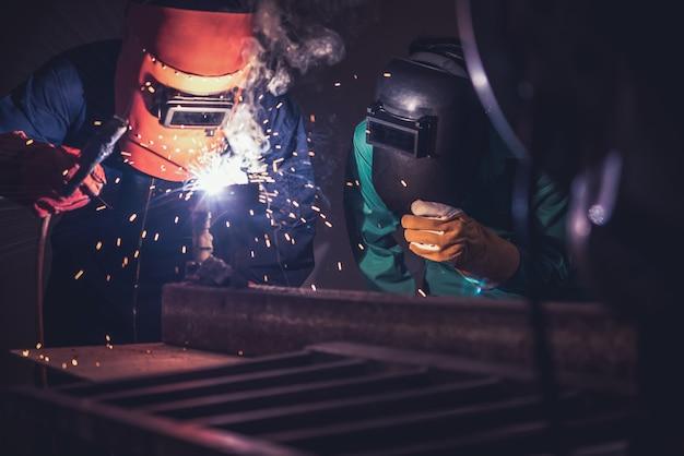 Soldagem de metal de aço usando máquina de solda a arco elétrico