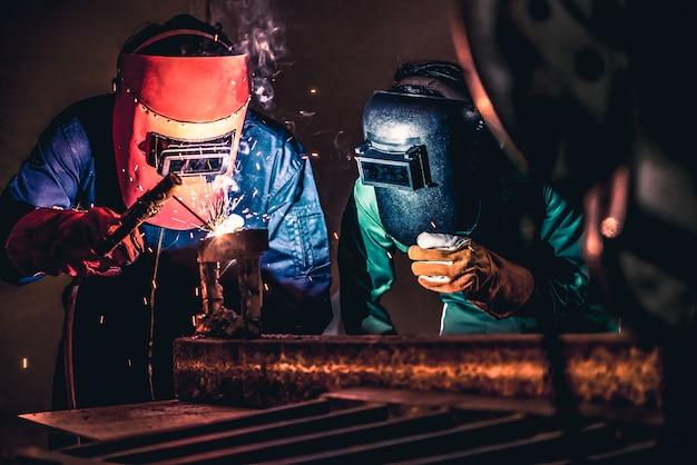 Soldagem de metal em aço funciona com máquina de solda a arco elétrico