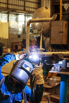 Soldagem faíscas de soldadores na indústria.