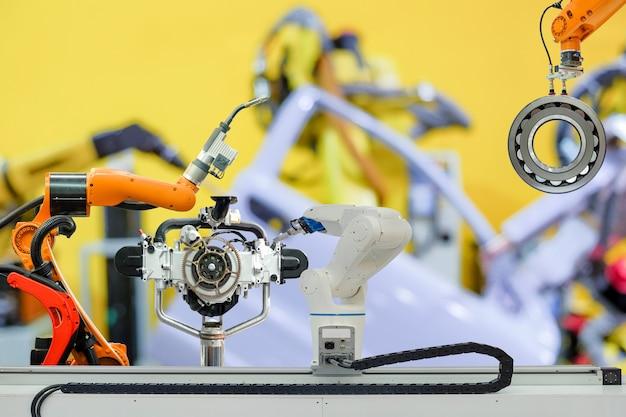 Soldagem robótica industrial e robô emocionante, trabalhando com peça de trabalho e peça de motor na fábrica de carros inteligentes