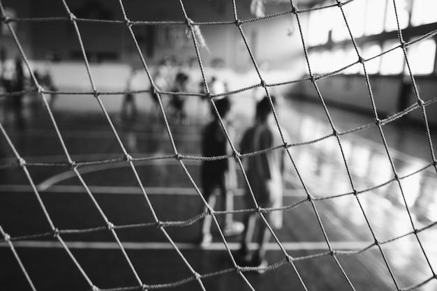 Soligorsk, bielorrússia - 10 de setembro de 2016: meninos, crianças brincam no mini-futebol no pavilhão desportivo interior. esportes infantis - estilo de vida saudável. futebolistas esportivos