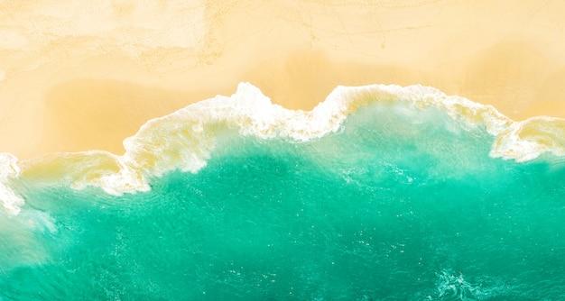 Solitário praia de areia água do mar férias de verão viajar