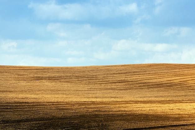 Solo arado em um campo agrícola em preparação para o plantio de uma nova safra de plantas agrícolas