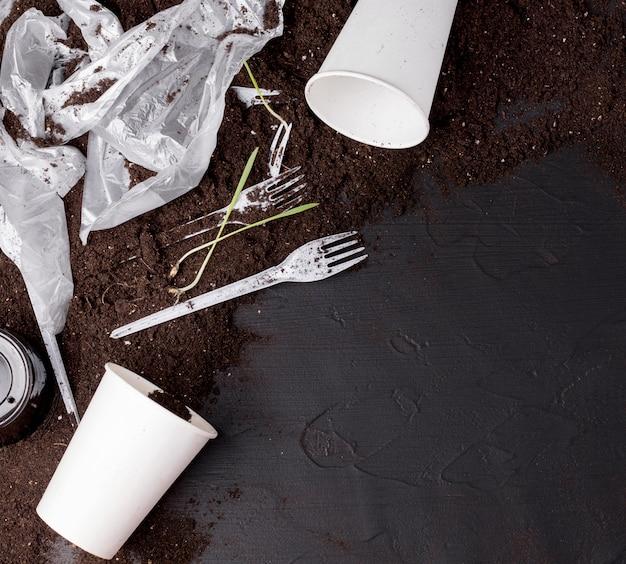 Solo contaminado com detritos plásticos.